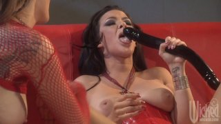 Sultry and wild babes Sophia Santi, Jazy Berlin and Jesse Capelli in lesbian threesome
